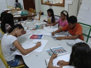 Alunos do Curso de Desenho Básico para Crianças produzindo ilustrações