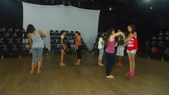 Alunos do Curso de Intérprete Teatral realizando exercícios corporais